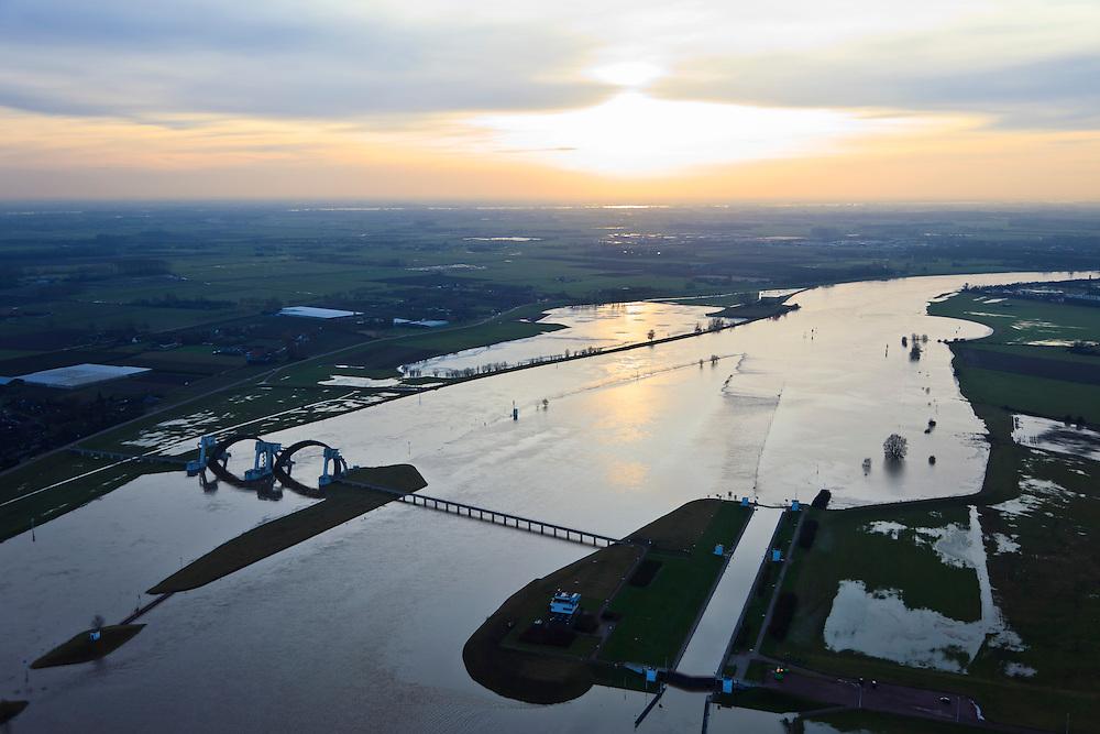Nederland, Gelderland, Driel, 10-01-2011;.Stuw in de Neder-Rijn ten Westen van Arnhem; de vizierschuif van de stuw is geopend (vizier schuif); de stuw dient om waterpeil van Neder-Rijn en IJssel te reguleren. .Flood-control dam in the Lower-Rhine to control the floods. They close when the waters are low..luchtfoto (toeslag), aerial photo (additional fee required).foto/photo Siebe Swart