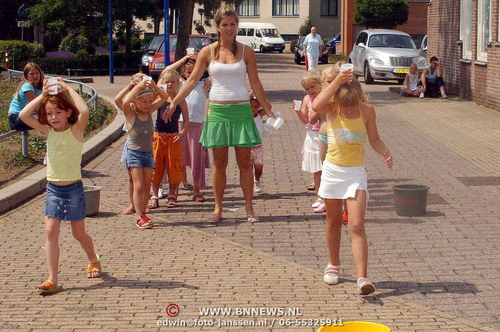 NLD/Huizen/20060705 - Kinderen van Modance doen waterspelletjes in Huizen om verkoeling te zoeken voor de warmte