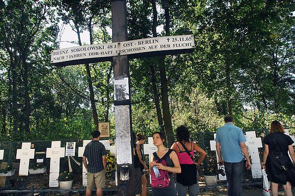 Duitsland, Berlijn, 22-8-2009Bij de Brandenburger Tor zijn kruizen geplaatst als gedenktekens aan mensen die tijdens hun vlucht over de berlijnse muur gedood zijn.Foto: Flip Franssen/Hollandse Hoogte