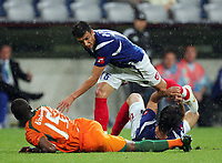 v.l. Mladen Krstajic verletzt sich am Arm beim zusammenstoss mit Milan Dudic<br /> Fussball WM 2006 Elfenbeinkueste - Serbien-Montenegro<br /> Elfenbenskysten<br />  Norway only