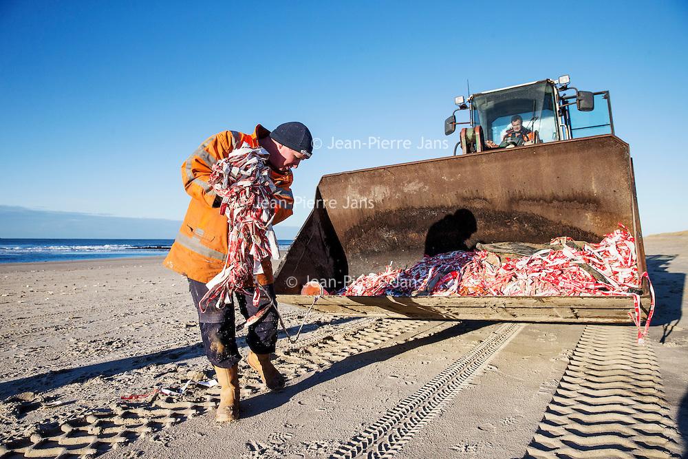 Nederland, Texel, 16 januari 2017.<br />Op Texel is een grote hoeveelheid Coca Cola-wikkels aangespoeld. Volgens de regionale omroep NH zijn de wikkels ook aangetroffen bij andere plekken zoals bij Vlieland, Terschelling en Petten.<br /> <br /> De wikkels zijn vermoedelijk afkomstig van een van de containers die het schip Red Cedar afgelopen week verloor, schrijft de Texelse Courant. Naast de wikkels worden ook bakjes van foam gevonden.<br /> Vrijwilligers zijn zondag bezig geweest veel wikkels op te ruimen van het strand op Texel.<br /><br /><br /><br />Foto: Jean-Pierre Jans