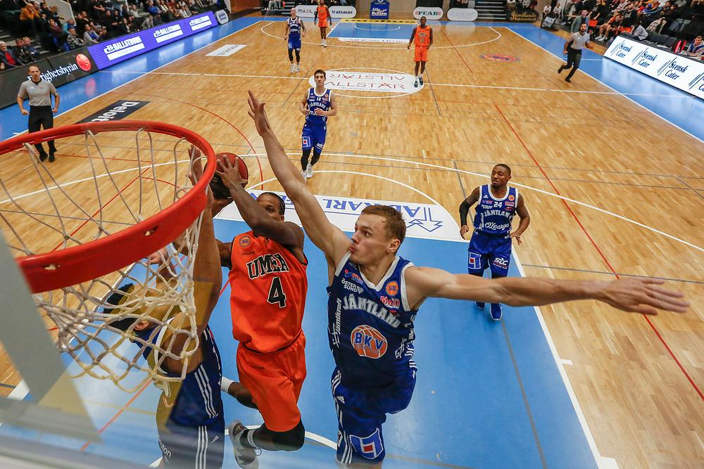 ÖSTERSUND 20191031<br /> Jämtlands Jaan Puidet i kamp med Umeås Georgio Milligan  under torsdagens match i basketligan mellan Jämtland Basket och Umeå BBK i Östersunds Sporthall.<br /> <br /> Foto: Per Danielsson/Projekt.P