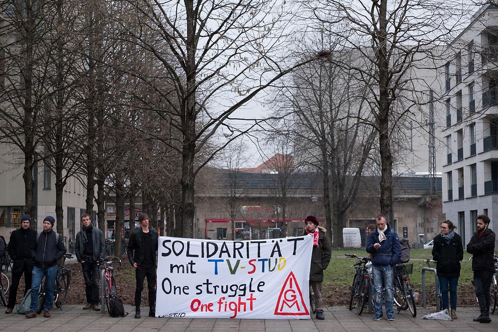 Warnstreik-Kundgebung der studentischen Beschäftigten der Humboldt-Universitaet in Berlin. Die studentisch Beschäftige der Berliner Hochschulen streiken 3 Tage lang für einen Tarifvertrag. Die Demonstranten fordern mit dem Streik nach 16 Jahren Lohnstillstand eine bessere Bezahlung, eine finanzielle Absicherung im Krankheitsfall und eine Kopplung der Lohnentwicklung an die der anderen Hochschulbeschäftigten.<br /> <br /> [© Christian Mang - Veroeffentlichung nur gg. Honorar (zzgl. MwSt.), Urhebervermerk und Beleg. Nur für redaktionelle Nutzung - Publication only with licence fee payment, copyright notice and voucher copy. For editorial use only - No model release. No property release. Kontakt: mail@christianmang.com.]