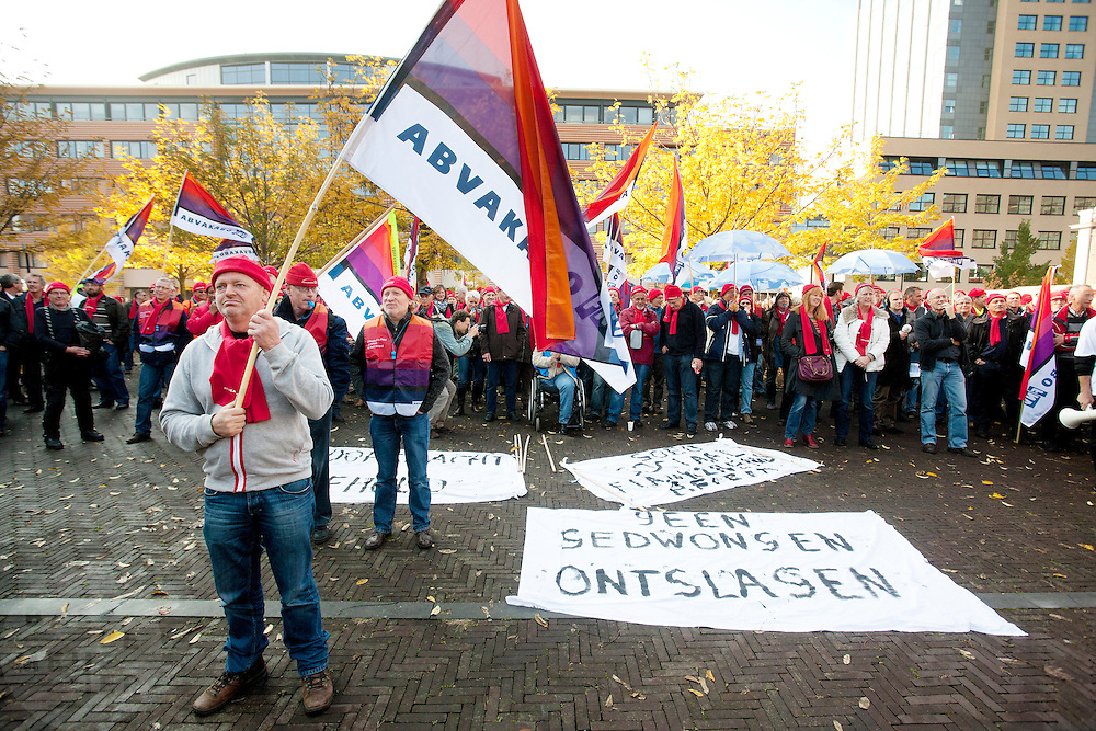 Voor de rechtbank in Utrecht demonstreren zo'n duizend rijksambtenaren onder leiding van de vakbond AbvaKabo FNV voor een betere CAO en het voorkomen van ontslagen.<br /> <br /> Public servants are demonstrating in Utrecht for better payment and to prevent losses.