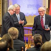 NLD/Den Haag/20171221 - Koning bij sluitingsceremonie Joegoslavie tribunaal, Carmel Agius overhandigt een herdenkingspenning aan  Theodor Meron