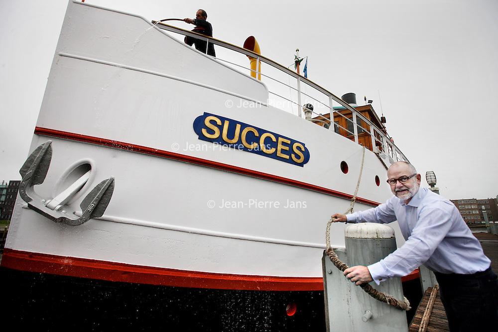Nederland, Almere Haven , 23 april 2013..Walter van den Broek, gastheer en eigenaar van stoom-salonschip Succes voor de serie aanloop naar 30 april..Foto:Jean-Pierre Jans