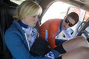 Christien Veelenturf praat met trainer Ivo Huisman in de auto na haar valpartij. Tijdens haar recodpoging is Veelenturf met 100 km/h gevallen met de VeloX4. Het Human Power Team Delft en Amsterdam (HPT), dat bestaat uit studenten van de TU Delft en de VU Amsterdam, is in Amerika om te proberen het record snelfietsen te verbreken. Momenteel zijn zij recordhouder, in 2013 reed Sebastiaan Bowier 133,78 km/h in de VeloX3. In Battle Mountain (Nevada) wordt ieder jaar de World Human Powered Speed Challenge gehouden. Tijdens deze wedstrijd wordt geprobeerd zo hard mogelijk te fietsen op pure menskracht. Ze halen snelheden tot 133 km/h. De deelnemers bestaan zowel uit teams van universiteiten als uit hobbyisten. Met de gestroomlijnde fietsen willen ze laten zien wat mogelijk is met menskracht. De speciale ligfietsen kunnen gezien worden als de Formule 1 van het fietsen. De kennis die wordt opgedaan wordt ook gebruikt om duurzaam vervoer verder te ontwikkelen.<br /> <br /> Christien Veelenturf talks with trainer Ivo Huisman after her crash. Veelenturf crashed with 100 km/h at her run with the VeloX4. The Human Power Team Delft and Amsterdam, a team by students of the TU Delft and the VU Amsterdam, is in America to set a new  world record speed cycling. I 2013 the team broke the record, Sebastiaan Bowier rode 133,78 km/h (83,13 mph) with the VeloX3. In Battle Mountain (Nevada) each year the World Human Powered Speed Challenge is held. During this race they try to ride on pure manpower as hard as possible. Speeds up to 133 km/h are reached. The participants consist of both teams from universities and from hobbyists. With the sleek bikes they want to show what is possible with human power. The special recumbent bicycles can be seen as the Formula 1 of the bicycle. The knowledge gained is also used to develop sustainable transport.
