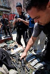 Policia mostra dorgas e armas apreendidas após invasão de laboratório para o refino de cocaína na favela do Morro do Alemão em 28 de novembro de 2010 no Rio de Janeiro, Brasil. Após dias de preparação, forças de segurança do Brasil, lançaram um ataque contra uma favela, onde entre 500 e 600 traficantes de drogas estão escondidos e recusam a se render. Cerca de 2.600 tropas aerotransportadas, marines e membros das unidades de elite da polícia participaram da operação como alvo um grupo de favelas sem lei conhecido como Complexo de Alemão. FOTO: Jefferson Bernardes/Preview.com