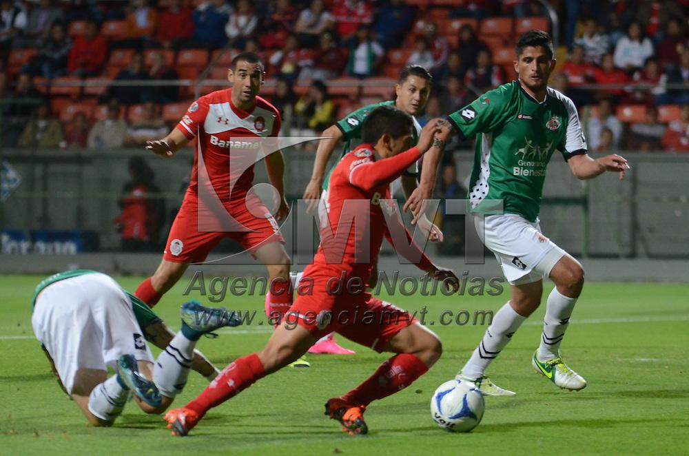 Toluca, México.- Aldo Benitez (24) Jugador de Toluca y Rodrigo Folle (6) Jugador de Alebrijes,durante el partido correspondiente a los Cuartos de Final del Torneo Copa MX  Apertura 2015, donde Toluca ganó por marcador de 3-0. Agencia MVT / Arturo Hernández.