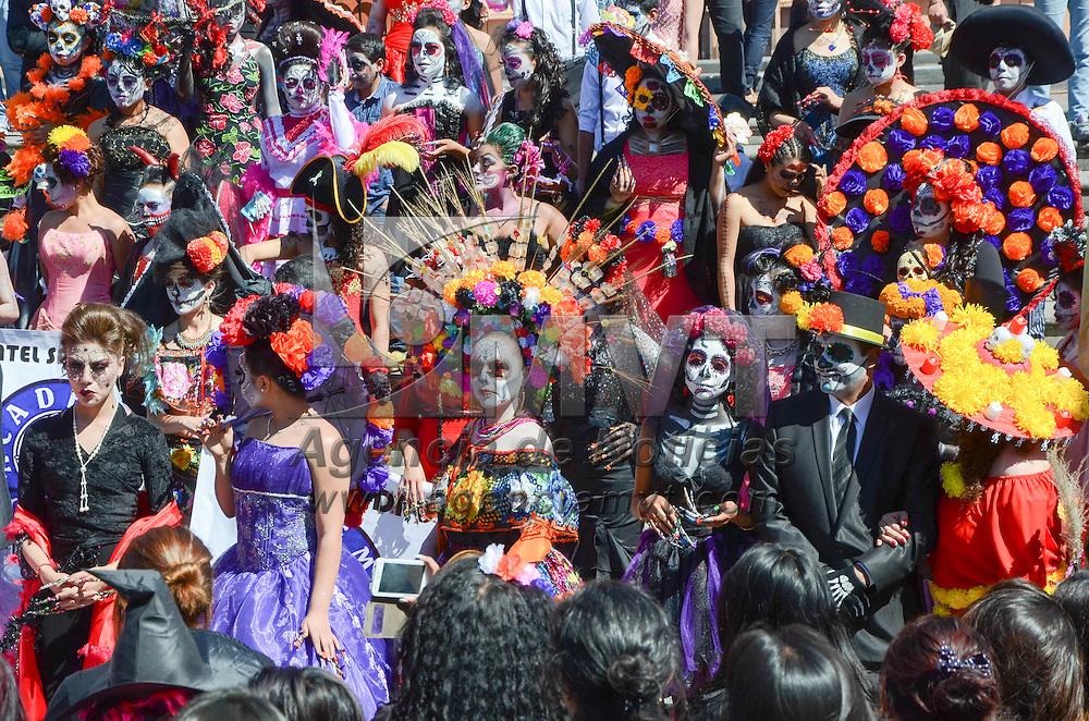 TOLUCA, Mexico.- Aspectos del concurso de disfraces y maquillaje de catrinas en la plaza Gonzalez Arratia durante las festividades del día de muertos. Agencia MVT / Jose Juan Hernandez.