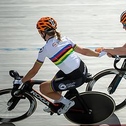 23-07-2020: Wielrennen: baantraining: Assen<br /> Amy Pieters slingert Roy Pieters in de baan