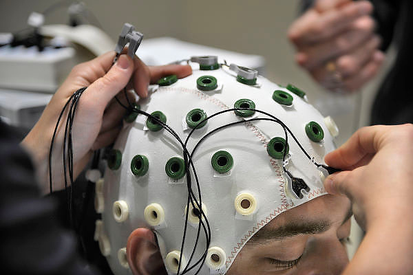 Nederland, Nijmegen, 31-10-2011Kap met elektroden voor het maken van een EEG bij een proefpersoon.Hersenonderzoek van het NICI, instituut voor cognitieve wetenschappen aan de Radboud universiteit nijmegen, RU, FC Donderscentrum. Foto: Flip Franssen