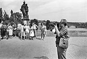 Tsjecho-Slowakije, tsjechie, Praag, 10-6-1988Straatbeeld van de tsjechische hoofdstad in de periode toen europa verdeelt was door het ijzeren gordijn . Toeristen op de karelsbrug, de monumentale verbinding over de Moldau tussen de lage en de hoge stad . Brug, most,karlov,karels .Foto: Flip Franssen
