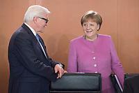 16 MAR 2016, BERLIN/GERMANY:<br /> Frank-Walter Steinmeier (L), SPD, Bundesaussenminister, und Angela Merkel (R), CDU, Bundeskanzlerin, im Gespraech, vor Beginn einer Kabinettsitzung, Bundeskanzleramt<br /> IMAGE: 20160316-01-022<br /> KEYWORDS: Kabinett, Sitzung, Gespräch