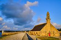 France, Finistère (29), Cornouaille, Presqu'île de Crozon, Camaret-sur-Mer, le Port et la chapelle Notre-Dame de Rocamadour // France, Finistere (29), Cornouaille, Crozon peninsula, Camaret-sur-Mer, the Port and the Notre-Dame de Rocamadour chapel