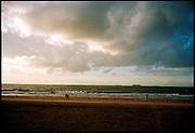 Bewolkte hollandse avondlucht, kust bij Den Haag