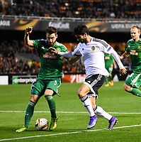 Valencia's   Andre Gomes and Rapid Wien's Thanos Petsos  during Uefa Europa League match. February 18, 2016. (ALTERPHOTOS/Javier Comos)