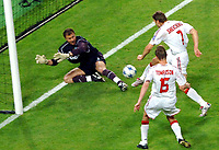 Fotball<br /> Liverpool<br /> Foto: Colorsport/Digitalsport<br /> NORWAY ONLY<br /> <br /> Jerzy Dudek (Liverpool) saves from the feet of Shevchenko. CHAMPIONS LEAGUE FINAL :  Liverpool v AC MILAN<br /> ISTANBUL (TURKEY) 25/5/2005.