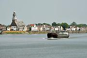 Nederland, Amerstol, 30-5-2018 Een binnenvaartschip vaart over de Lek richting Roitterdam .Foto: Flip Franssen