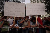 06 SEP 2004, BERLIN/GERMANY:<br /> Montagsdemo gegen die Arbeitsmarktreform Hartz IV vor dem Willy-Brandt-Haus der SPD, Wilhelmstrasse<br /> Demonstration against the economic reforms of the job markt, cuts in unemployment benefits and other forms of social assistance in front of the Willy-Brandt-House, the federal office of the Social Democratic Party of Germany<br /> IMAGE: 20040906-01-005<br /> KEYWORDS: Demonstration, Demonstranten, Protest, Plakat, Transparent