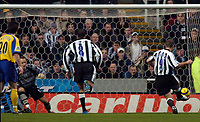 Fotball<br /> England 2004/22005<br /> Foto: SBI/Digitalsport<br /> NORWAY ONLY<br /> <br /> Newcastle United v Southampton<br /> Barclays Premiership, 15/01/2005.<br /> <br /> Newcastle's Alan Shearer (9) sends Southampton substitute goalkeeper Paul Smith the wrong way to score from the spot.