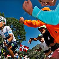 Frankrijk, L'Alpe d'Huez, 25-07-2015.<br /> Wielrennen, Tour de France.<br /> Etappe van Modane naar l'Alpe d'Huez.<br /> Nairo Quintana in zijn Witte Trui 4 km onder top tijdens de beklimming van de L'Alped'Huez.<br /> Foto: Klaas Jan van der Weij