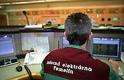 Temelin/Tschechische Republik, Tschechien, CZE, 25.06.2004: Ein Mitarbeiter des Atomkraftwerks Temelin im  Kontrollzentrum (Blockwarte). Der Betrieb eines jeden Reaktorblocks wird mittels eines digitalen Kontroll- und Steuersystems aus der Blockwarte geleitet. Reaktor 2 war zu dieser Zeit heruntergefahren. Das Kernkraftwerk steht 24 Km von der Stadt Ceske Budejovice entfernt.<br /> <br /> Temelin/Czech Republic, CZE, 25.06.2004: Staff member of the Nuclear Power Station Temelin in the control center for one of the dry wells. From separate control centers for each reactor the stuff is in charge for function of those via digital control and feedback control systems. The Nuclear Power Plant Temelin is located, approximately 24 km from the town of Ceske Budejovice.