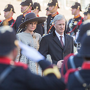 NLD/Amsterdam/20161128 - Belgisch Koningspaar start staatsbezoek aan Nederland, Koning Flilip en Koningin Mathilde leggen een krans op de Dam