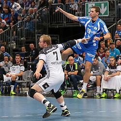 BHCs Tomas Babak (Nr.19) hoch gegen Kiels Rene Toft Hansen (Nr.07) im Spiel der Handballliga, Bergischer HC - THW Kiel.<br /> <br /> Foto © PIX-Sportfotos *** Foto ist honorarpflichtig! *** Auf Anfrage in hoeherer Qualitaet/Aufloesung. Belegexemplar erbeten. Veroeffentlichung ausschliesslich fuer journalistisch-publizistische Zwecke. For editorial use only.