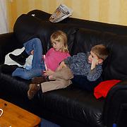Diana Janssen en vriendje Bart op de bank tv kijkend