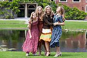 Zomerfotosessie 2019 bij Paleis Huis ten Bosch in Den Haag<br /> <br /> Summer photo session 2019 at Palace Huis ten Bosch in The Hague<br /> <br /> Op de foto / On the photo: koningin Maxima met prinses Amalia, prinses Ariane en prinses Alexia <br /> <br /> Queen Maxima with Princess Amalia, Princess Ariane and Princess Alexia
