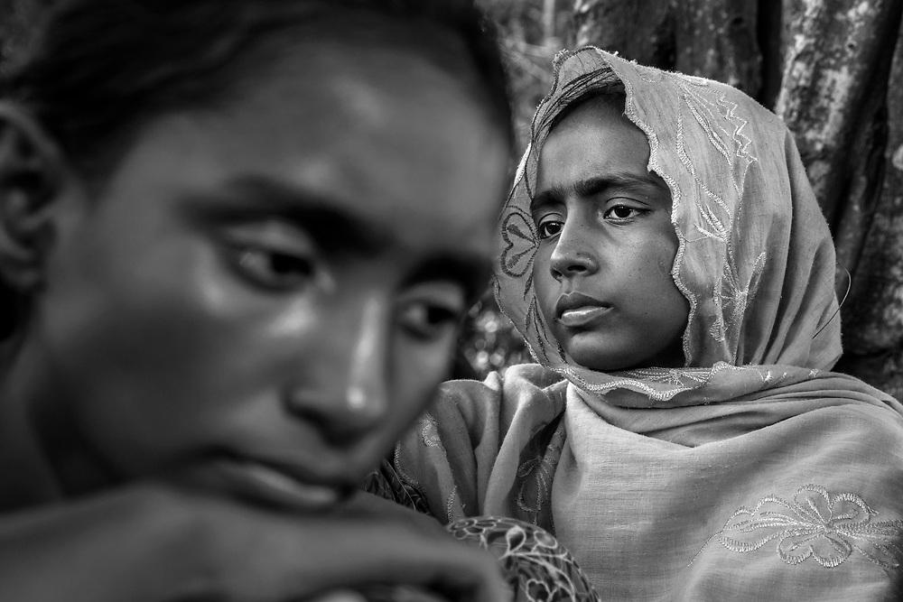 After crossing the border to Sha pohrir Dwip in the night Rohingya refugees wait to be led into a camp. Since the end of august 2017, the beginning of the crisis, more than 600,000 Rohingyas have fled Myanmar to seek refuge in Bangladesh. Cox's Bazar - november 5th 2017.<br /> Après avoir franchit la frontière à Sha pohrir Dwip dans la nuit des réfugiés Rohingyas attendent d'être dirigés dans un camp. Depuis le début de la crise, fin août 2017, plus de 600000 Rohingyas ont fuit la Birmanie pour trouver refuge au Bangladesh. Cox's Bazar le 05 novembre 2017.