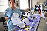 Bosnie Herzegovina, Tuzla, 9-7-2015  Vestiging van het Podrinje Identification Project, onderdeel van het ICMP. Hier worden opgegraven menselijke resten van de massamoord van Srebrenica bijeen gebracht om zo een dna analyse te verkrijgen en vervolgens een match met nabestaanden. Een forensisch antropologe geeft uitleg bij de resten, beenderen, botten die onderzocht worden. Van de 8100 vermisten zijn inmiddels 6435 mensen geidentificeerd. Zij worden herbegraven in Potocari waar jaarlijks een herdenking plaatsvindt bij het monument tegenover het voormalig hoofdkwartier van Dutchbat, het nederlandse VN bataljon. Podrinje Identification Project in Tuzla. Human remains at the PIP forensic facility are tried to put together for analysis and DNA sampling, and has coordinated the identification process for cases of the estimated 8,100 persons missing from the 1995 fall of Srebrenica. Using DNA identification techniques, over 6,435 positive DNA based identifications have been made of victims of Srebrenica. Part of the ICMP, International Commission for Missing Persons. Foto: ANP/ Hollandse Hoogte/ Flip Franssen
