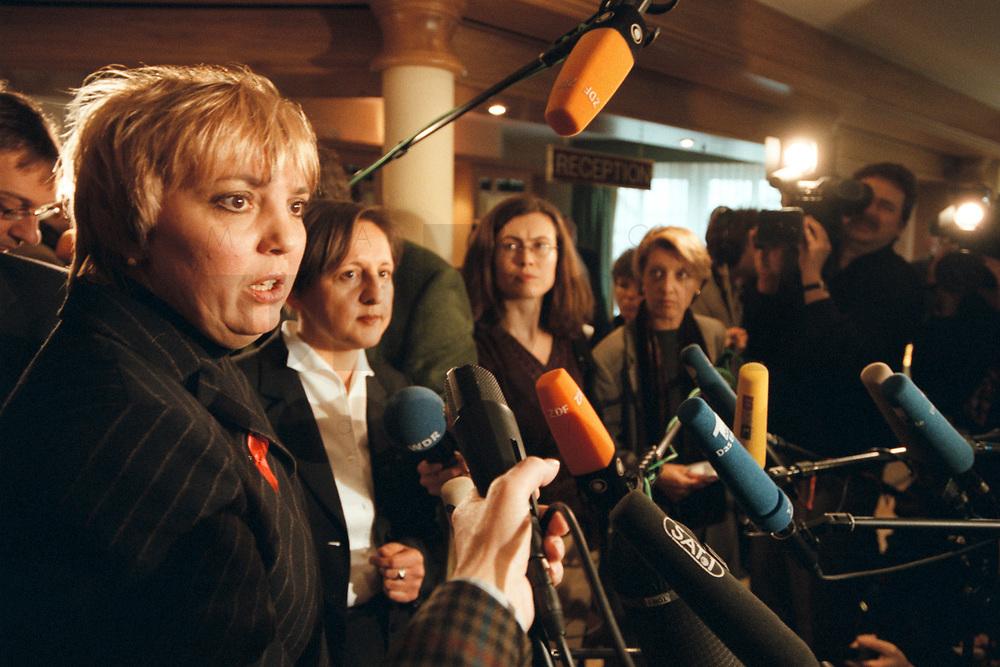 12 JAN 2001, WOERLITZ/GERMANY:<br /> Claudia Roth, MdB, B90/Gruene, gibt ein Pressestatement, Klausurtagung der Bundestagsfraktion Buendnis 90 / Die Gruenen<br /> IMAGE: 20010112-01/03-25<br /> KEYWORDS: Klausur, Grüne, Mikrofon, microphone, Journalist, Kamera, Camera