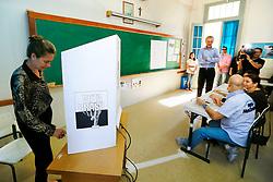 A primeira dama dePorto Alegre, Regina Becker vota na zona 001 seção 004 do colégio La Sale Dores, no centro da cidade. FOTO: Jefferson Bernardes/Preview.com