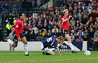 Fotball<br /> Foto: SBI/Digitalsport<br /> NORWAY ONLY<br /> <br /> Skottland v Norge<br /> 09.10.2004<br /> <br /> Scotland's Stephen Pearson (C) takes a tumble in the penalty area but is told to get up by the referee, Mr P Allaerts