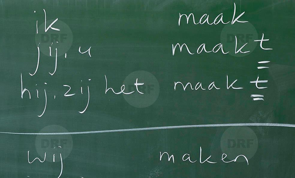 Nederland Rotterdam 23-09-2009 20090923 Serie over onderwijs,  openbare scholengemeenschap voor mavo, havo en vwo.  Lesuur nederland, werkwoordvormen op schoolbord.                                      .Foto: David Rozing
