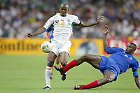 FOTBALL - CONFEDERATIONS CUP 2003 - FINAL - FRANKRIKE V KAMERUN - 030629 - SAMUEL ETO'O (CAM) / MARCEL DESAILLY (FRA) - PHOTO JEAN-MARIE HERVIO / DIGITALSPORT