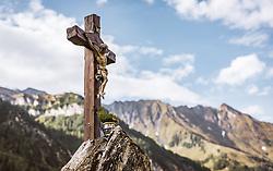 THEMENBILD - ein Kruzifix auf einem Stein und dem Panorama der Berge auf der Palfner Alm, aufgenommen am 09. Spetember 2018 in Rauris, Österreich // a crucifix on a stone and the panorama of the mountains at the Palfner Alm, Rauris, Austria on 2018/09/09. EXPA Pictures © 2018, PhotoCredit: EXPA/ JFK
