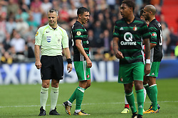 (l-r) referee Bjorn Kuipers, Steven Berghuis of Feyenoord during the Dutch Eredivisie match between PSV Eindhoven and Feyenoord Rotterdam at the Phillips stadium on September 17, 2017 in Eindhoven, The Netherlands