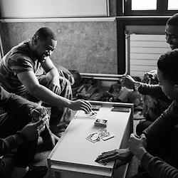mercredi 7 décembre 2016, 15h12, Brétigny. Militaires du 511ème Régiment du Train jouant au cartes dans une chambre de passage la veille de leur relève.