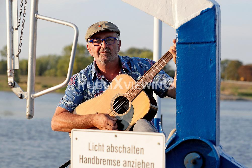 Fotoshooting des Wendland Hippie Ohrkestra auf der Fähre TANJA in Neu Darchau. Im Bild: Dieter Schimmöller<br /> <br /> Ort: Neu Darchau<br /> Copyright: Andreas Conradt<br /> Quelle: PubliXviewinG