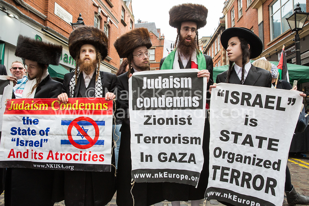 London, UK. 30th March, 2019. Orthodox Haredi Jews from Neturei Karta UK join pro-Palestinian campaigners at a Rally for Palestine outside the Israeli embassy to demand freedom, justice and equality for the Palestinian people. The rally was organised by Palestine Solidarity Campaign, Stop the War Coalition, Palestinian Forum in Britain, Friends of Al- Aqsa and Muslim Association of Britain.