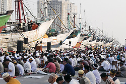 June 15, 2018 - Jakarta, Indonesia - Muslims perform an Eid al-Fitr prayer at Port of Sunda Kelapa in Jakarta, Indonesia. This pray held to mark the end of the holy fasting month of Ramadan. (Credit Image: © Anton Raharjo/NurPhoto via ZUMA Press)