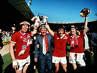 Fotball<br /> Manchester United historie<br /> Foto: Colorsport/Digitalsport<br /> NORWAY ONLY<br /> <br /> Bildene inngår ikke i nettavtalene<br /> <br /> Stuart Pearson.Tommy Docherty (Manager) Lou Macari and Gordon Hill parade the FA Cup trophy. Manchester United v Liverpool.FA Cup Final 1977.Wembley.