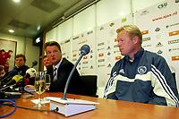 Fotball<br /> Nederland 2003/2004<br /> Foto: Digitalsport<br /> Norway Only<br /> <br /> amsterdam , 10-10-2003 , louis van gaal wordt aangesteld als technisch direkteur van ajax, rechts trainer ronald koeman