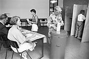 Nederland, Nijmegen, 1989Stemmen voor de tweede kamer. Stembureau, stemburo aan de Daalseweg bij een goede opkomst. Verkiezingen, stemmen voor de tweede kamer, democratie. Politiek en burger .Foto: Flip Franssen