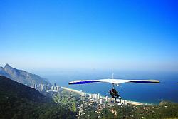 No canto direito da Praia do Pepino o visitante pode fazer um vôo de asa-delta. FOTO: Jefferson Bernardes/ Agência Preview