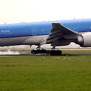 KLM vliegtuig landend op Schiphol, rook van banden bij landing.achtergrond,