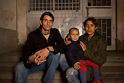 Ramona en 2008 avec son fils et son conjoint devant leur immeuble. Ramona vit de ménages. <br />